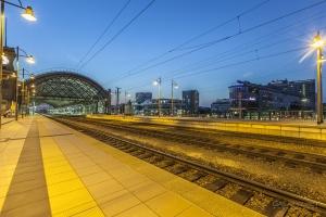 Obere Bahnsteige mit Blick auf den Wiener Platz