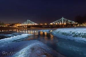 Eistreiben zu abendlicher Stunde am Blauen Wunder